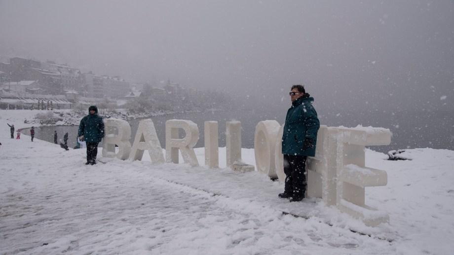 Los turistas disfrutan de la nieve a pesar de las complicaciones para transitar. (Foto: Marcelo Martínez)