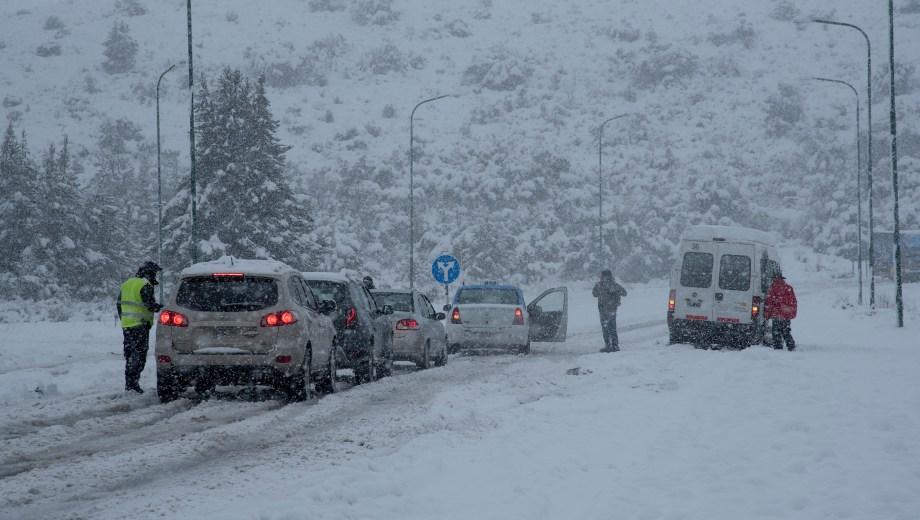 La Ruta aeropuerto cortada por la intensa nevada en la zona. Foto: Marcelo Martinez