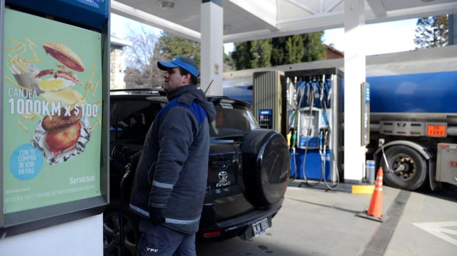 En Bariloche la nafta súper cotiza 52,09 pesos el litro. Archivo