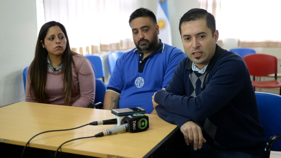 Trabajadores de Sanatorio del Sol junto al referente gremial de sanidad anticipan las medidas de fuerza. (Foto: Alfredo Leiva)