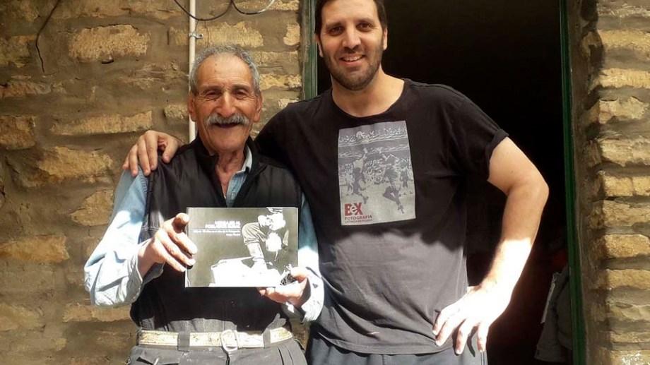 El fotógrafo Jorge Piccini junto a un poblador rural.