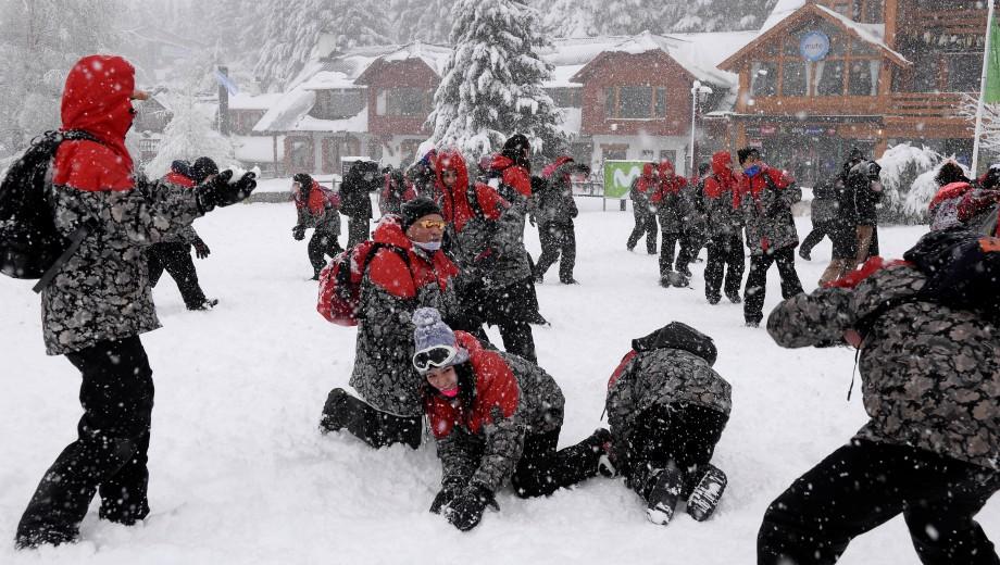 Un grupo de egresados ayer jugaba con la nieve en el cerro Catedral. (Foto: Alfredo Leiva)