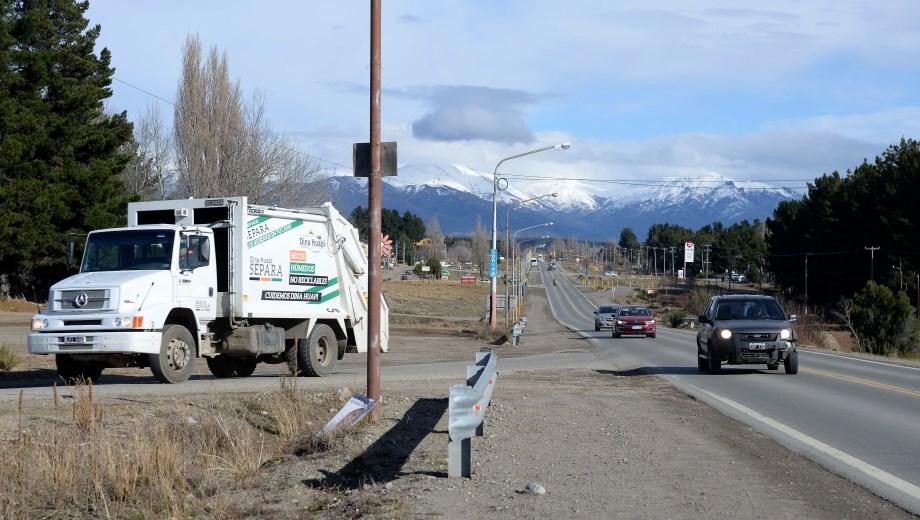El cruce entre las rutas 23 y 40 es un riesgo en Dina Huapi. (Foto: Alfredo Leiva)