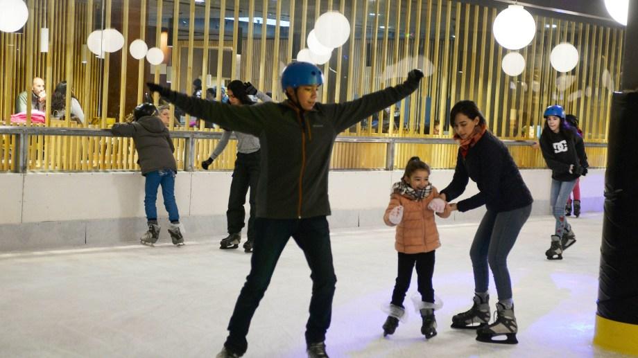 El patinaje sobre hielo es una de las alternativas para refugiarse del viento en Bariloche. (Foto: Alfredo Leiva)