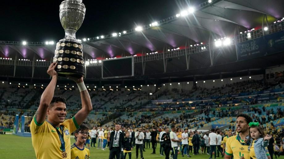 Thiago Silva levantando la copa ayer luego de vencer a Perú.
