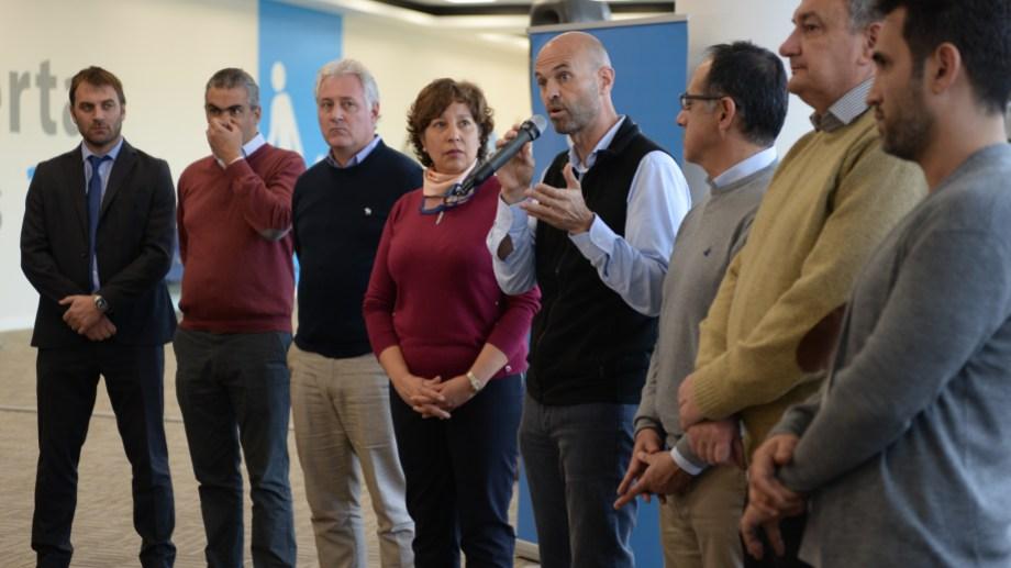 El ministro de Transporte, Guillermo Dietrich, estuvo acompañado por la gobernadora electa Arabela Carreras. (Foto: Alfredo Leiva)