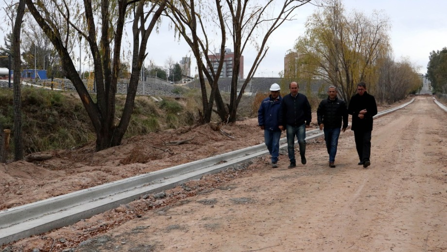 El cordón cuneta de la calle Cosentino quedó listo, falta el asfalto. Foto Prensa Municipalidad de Neuquén