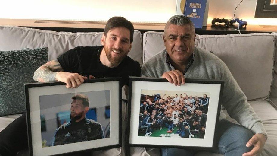 El presidente de la AFA posando con Messi.  Foto: Twitter@tapiachiqui