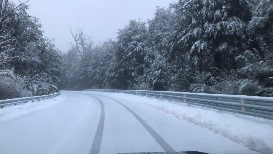 Los caminos repletos de nieve en las rutas de la cordillera neuauina. Foto: Twitter @edutrombert
