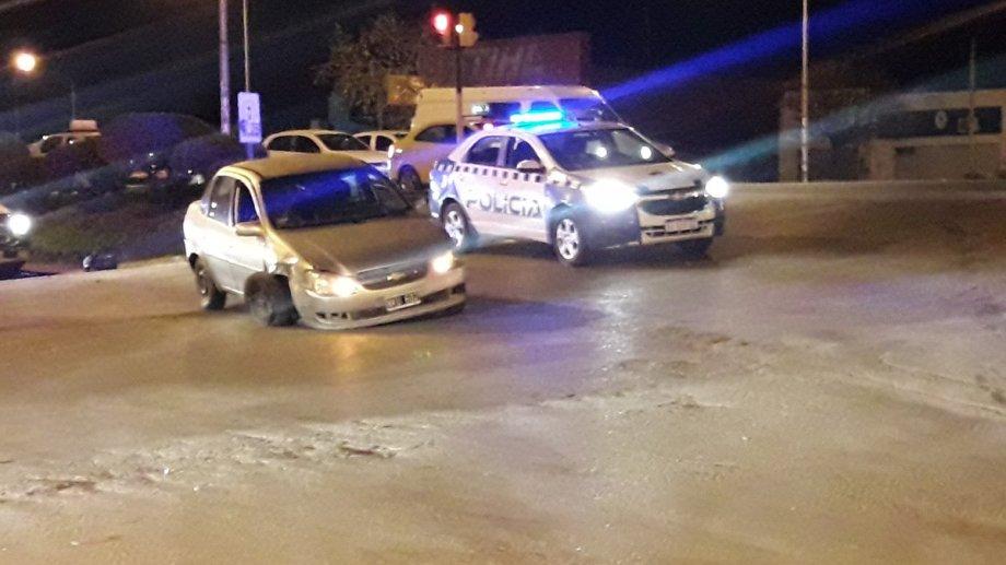 El Chevrolet Corsa quedó cruzado en la colectora de la Ruta 22. (Foto: Gentileza @lucasjaranqn)