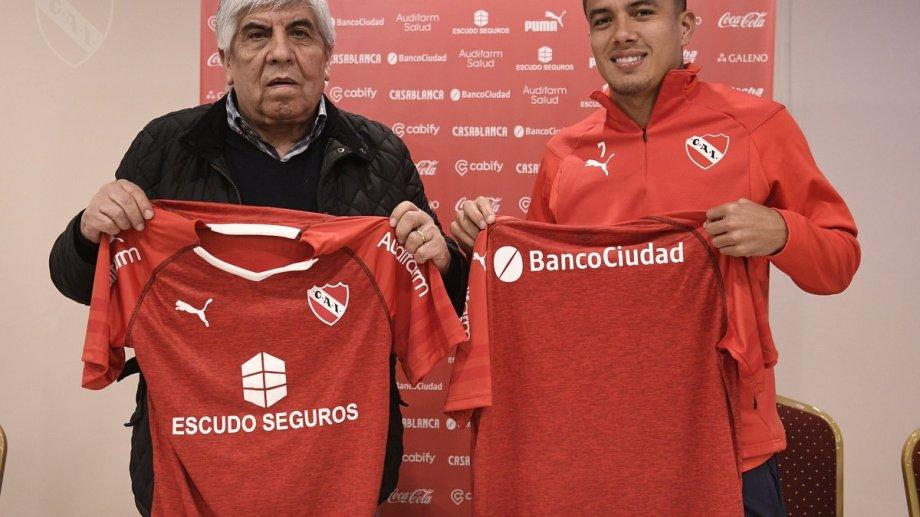 El colombiano Roa ya firmó el contrato y posa con la camiseta de Independiente.
