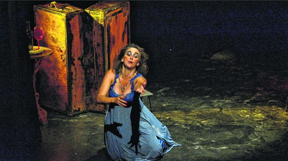 """""""Hamlet, la herencia de la carne"""", de Baco Compañía Teatral sube a esta noche en la Biblioteca Sarmiento de Bariloche."""