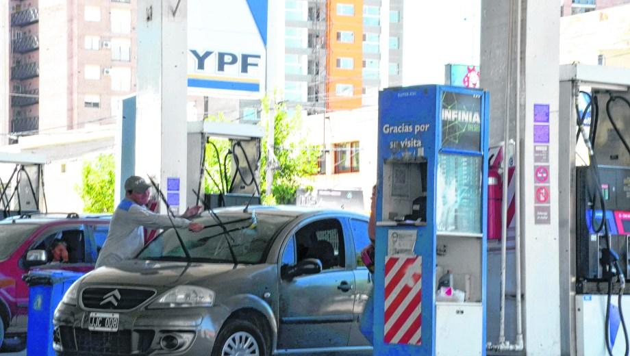 Además de la carga, quienes opten por el autoservicio no podrán solicitar la limpieza de su parabrisas.