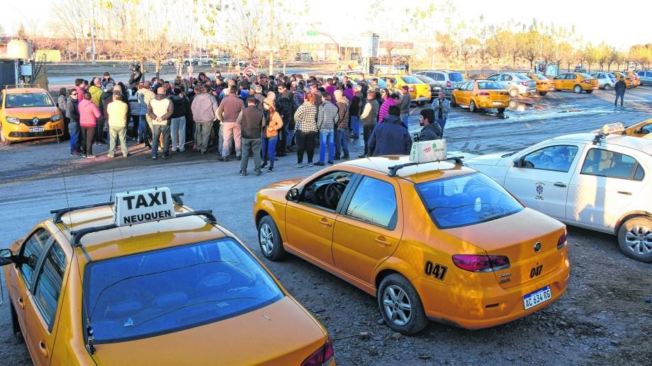 Tras la reunión en la Ciudad Judicial, los taxistas realizaron una asamblea al costado de la Ruta 7, en el acceso de Parque Industrial. Foto: Juan Thomes