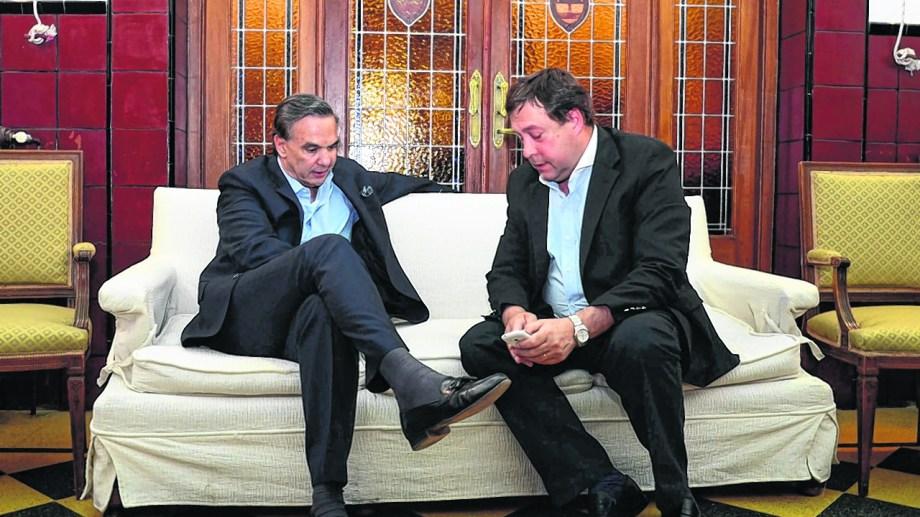 Weretilneck y Pichetto en charla distendida. Ese vínculo personal y político deriva en los gestos cruzados en favor de sus actuales proyecciones nacionales. Foto Marcelo Ochoa.