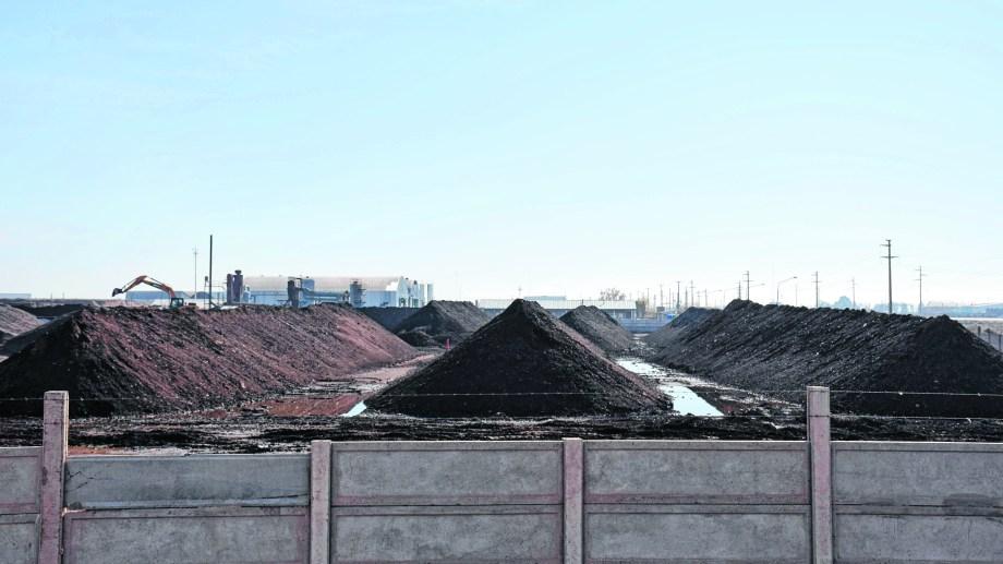 El predio de Comarsa en el Parque Industrial mantiene montañas de tierra para su tratamiento y traslado definitivo (Foto: Florencia Salto)