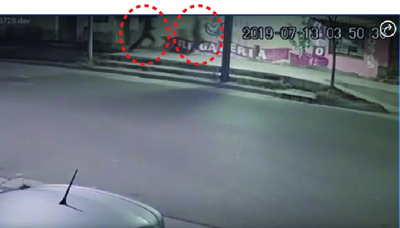 captura del video donde se ve a los jóvenes agresores que huyen
