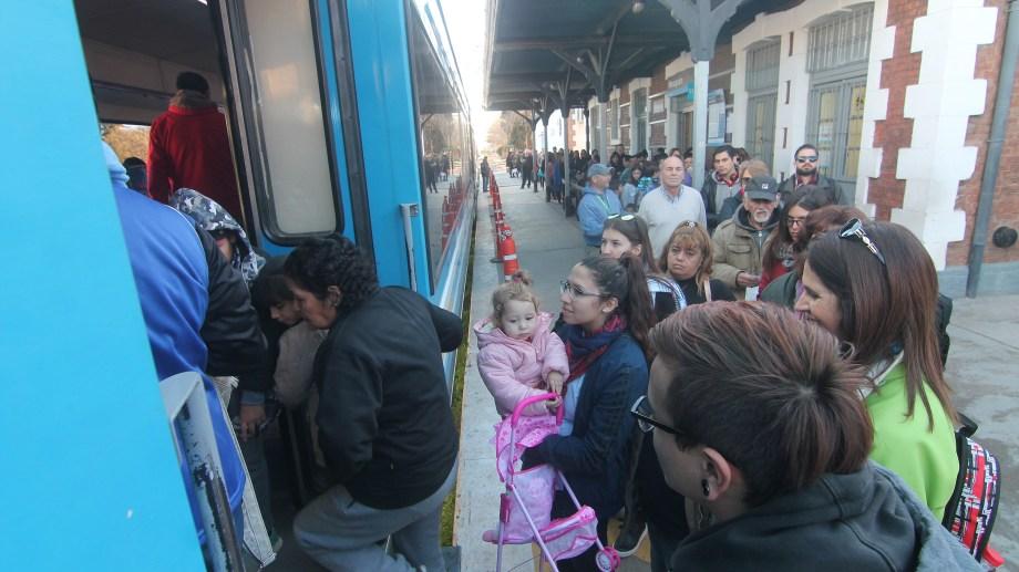 Una extensa cola de pasajeros en la estación del tren. Foto: Oscar Livera