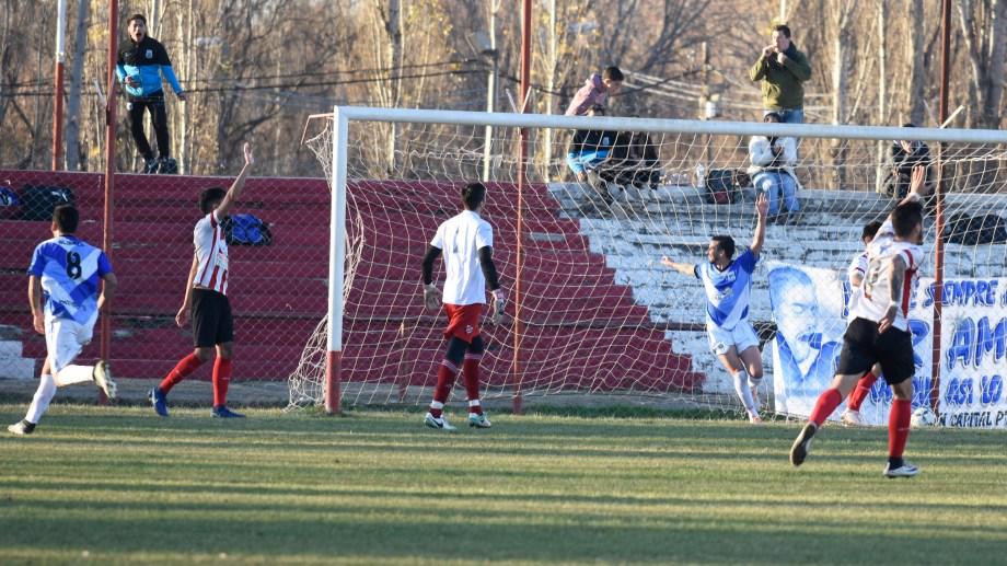Pensa festeja el segundo gol ante un Arregui derrotado. (Foto: Juan Thomes)