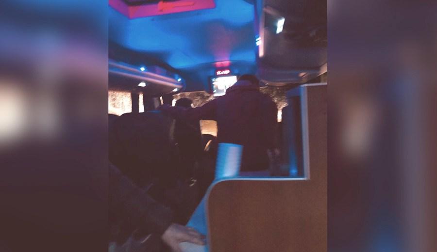 Los pasajeros no quieeren bajarse del micro.  Foto: Gentileza