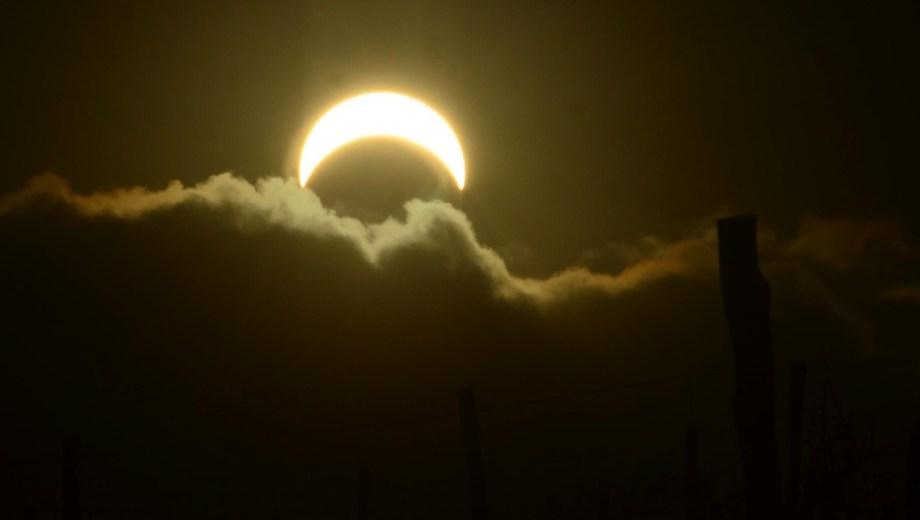 Las nubes dejaron ver el eclipse solar por algunos minutos en Viedma. Foto: Marcelo Ochoa.
