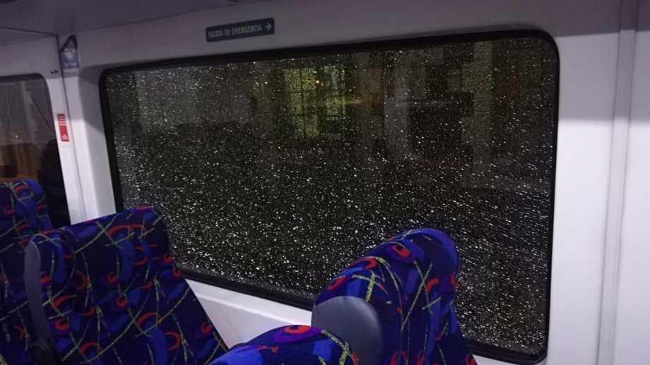 Dos vidrios del tren terminaron rotos por los piedrazos. (Gentileza).-