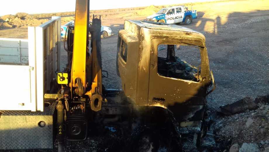 Uno de los camiones apareció quemado y abandonado en Campo Grande (Foto: Gentileza.-)