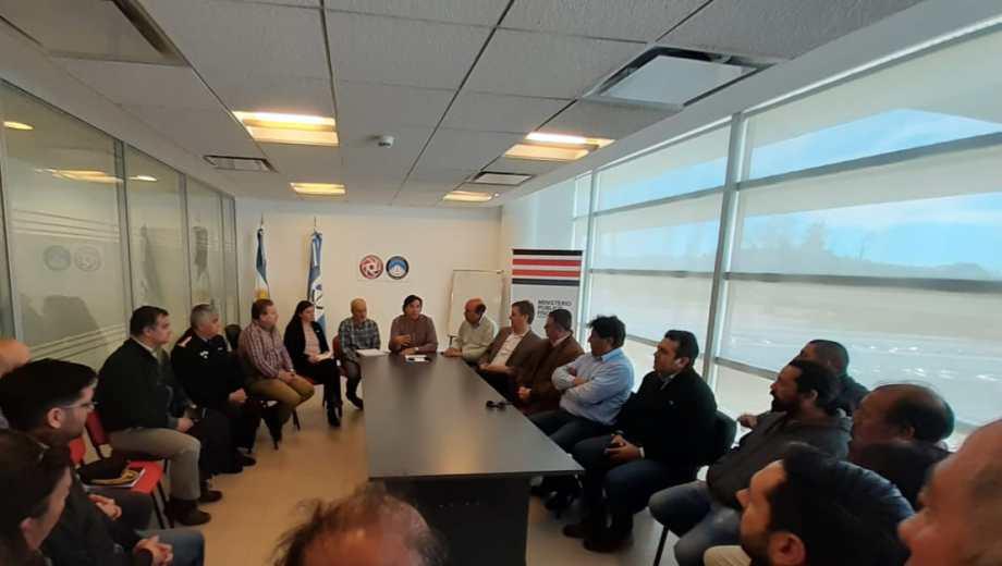 Autoridades de la provincia se reunieron con taxistas para destrabar el conflicto. (Foto: Gentileza.-)