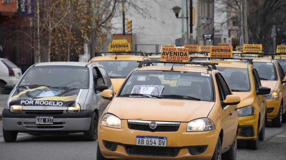 Los taxistas marcharon en memoria de Rogelio San Miguel. (Florencia Salto).-