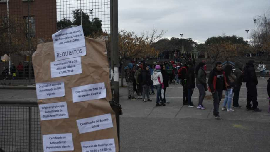Los interesados empezaron a acampar ayer desde las 15. (Foto: Juan Thomes)