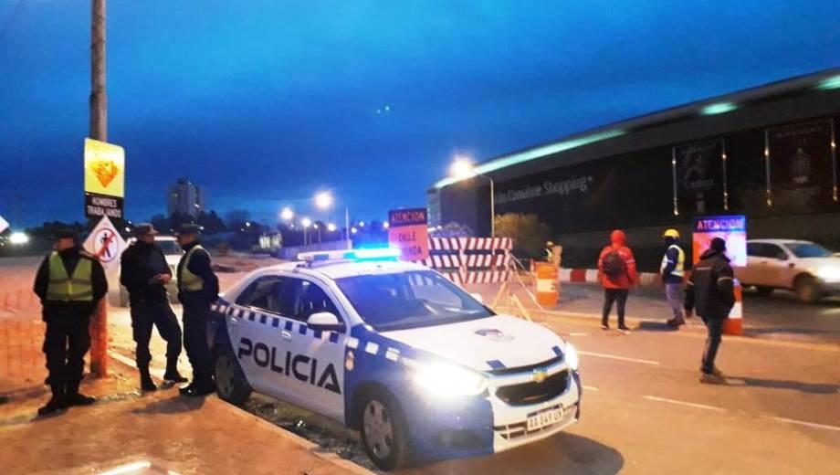 El despliegue policial frente al shopping de la calle Dr. Ramón llamó la atención de los vecinos. (Mauro Pérez).-