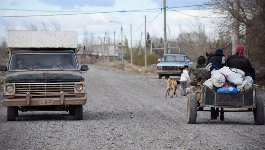 El barrio convive entre viejos transportes a motor y los carros tracción a sangre. Foto: Florencia Salto.
