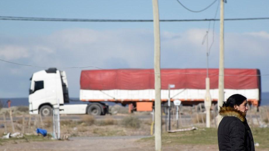 A metros de la transitada Autovía Norte que acapara el transporte de la industria petrolera.  Foto: Florencia Salto.