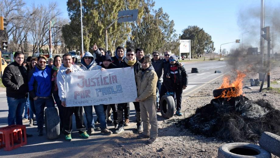 Los taxistas mantuvieron cortes por 58 horas reclamando que sean detenidos los agresores de Pablo Sánchez. (Archivo Florencia Salto).-