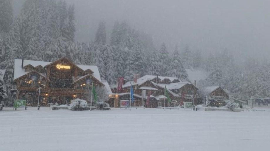 La nieve en la base del cerro Catedral esta mañana. (Gentileza)