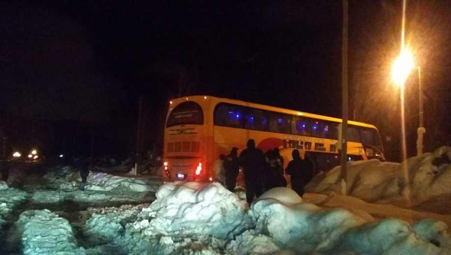 El colectivo de larga distancia estuvo varado en la nieve en Bariloche casi 2 horas. (foto: Gentileza)