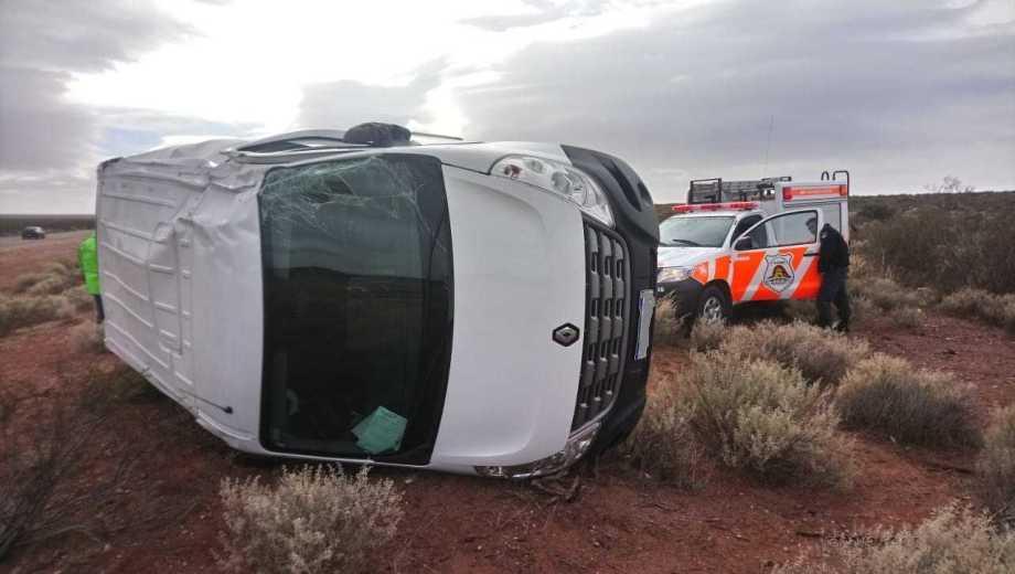la camioneta quedó de costado en la vera de la ruta.  Foto: Gentileza