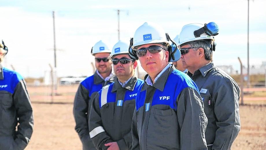 El ministro Dujovne y el secretario de Energía, Gusatvo Lopetegui, recorrieron el yacimiento Loma Campana (YPF). Foto: Gentileza.