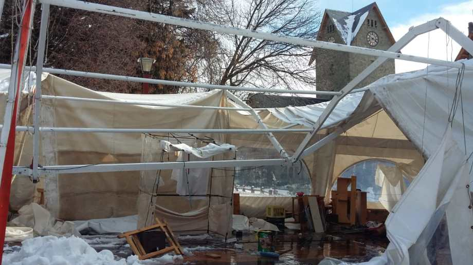 La caída del techo fue ayer al mediodía cuando nevaba intensamente en la ciudad.