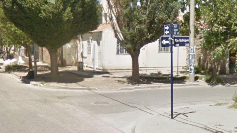 El joven fue apuñalado en la esquina de Río Gallegos y Belgrano. (Foto: Captura Google Maps.-)