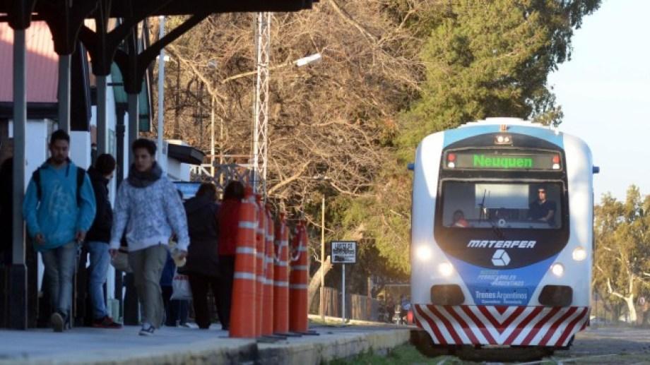 El Tren del Valle suele colmar su capacidad de pasajeros los días que hay paro de colectivos o corte de puente. (Archivo).-