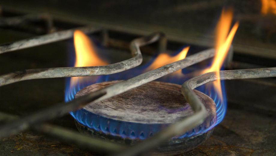 En el lugar del hecho, horno estaba encendido, conectado a una garrafa. (Archivo).-