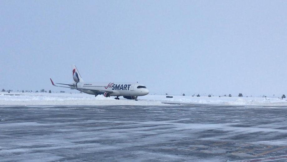 El primer vuelo que aterrizó en Bariloche después de la emergencia. Foto: gentileza