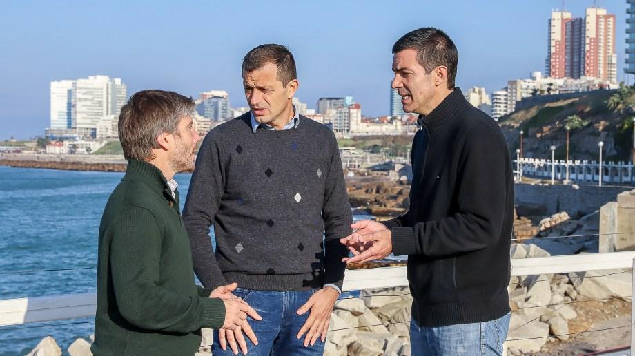 Juan Manuel Urtubey, Eduardo Bali Bucca y Santiago Bonifatti, conversan sobre temas referidos a la campaña con el fondo de la ciudad de Mar del Plata. (Foto: Prensa Frente Renovador)