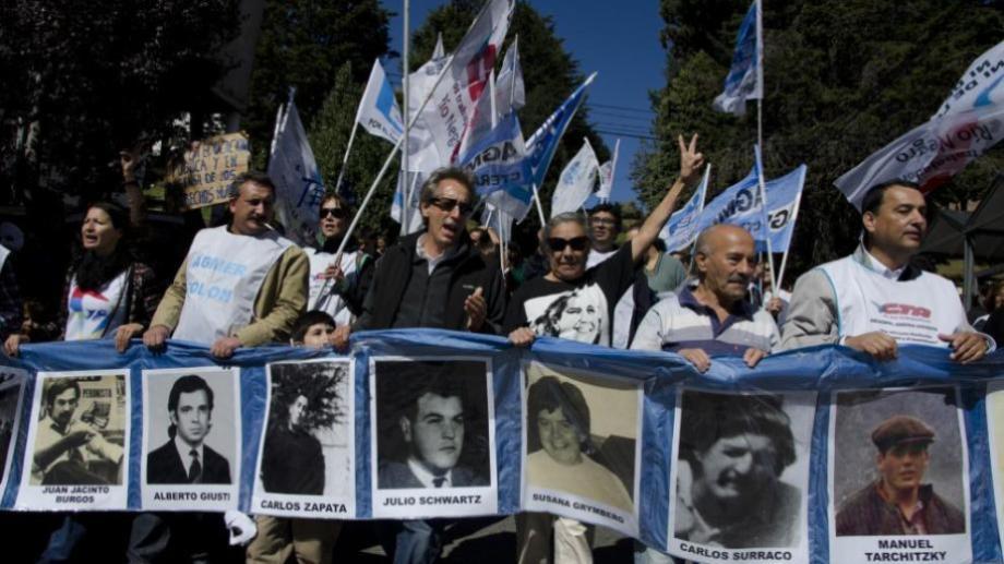 Rubén Marigo, integrante de la APDH Bariloche, en una de las marchas por el Día de la Memoria. Foto: archivo