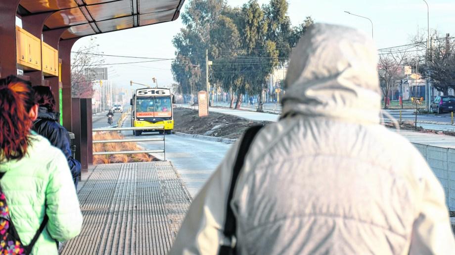 Las estaciones a nivel son una de las mejoras reconocidas por los pasajeros neuquinos que conectan el oeste con el centro.  Foto: Florencia Salto.
