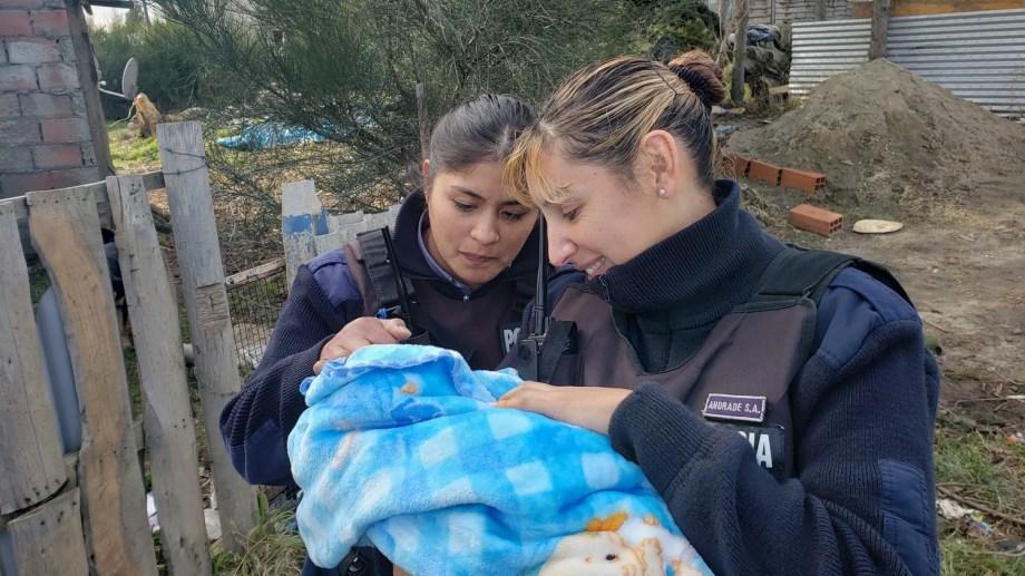 Jésica Carriqueo y Soledad Andrade las mujeres policías que asistieron en un parto en Bariloche. (Gentileza)