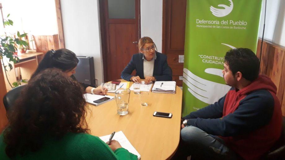 La defensora del Pueblo de Bariloche, Beatriz Oñate, recibió a uno de los socios del sanatorio en conflicto. (Gentileza)