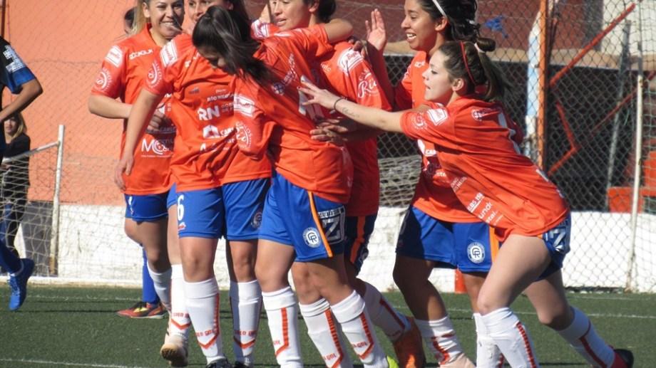 Las futbolistas del Depo celebrán un triunfo que quedará en el recuerdo. (Foto: Facebook Deportivo Roca)