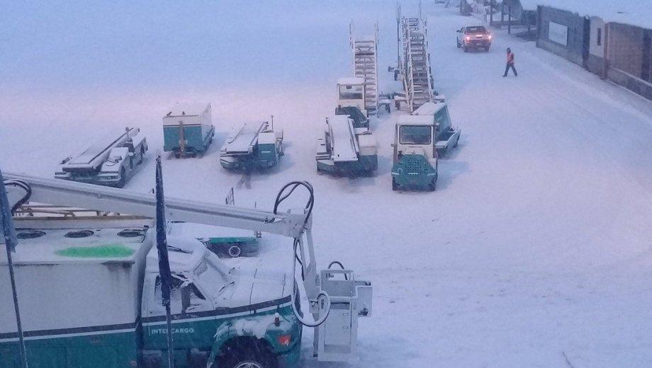 El área de la pista de aterrizaje del aeropuerto de Bariloche, cubierta de nieve. Foto twitter @eguardorock